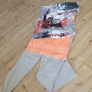Bengaline Stoffhose in der Farbe Stone, Top in Apricot mit Spitzenbordüre und Druckshirt (Copyright: Kleidung: liberty-woman.com; Foto: Astrid Listner)